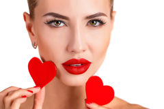 有明亮的构成和红色心脏的美丽的妇女 免版税库存照片