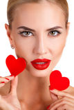 有明亮的构成和红色心脏的美丽的妇女 免版税图库摄影