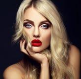 有明亮的构成和红色嘴唇的白肤金发的妇女模型夫人 免版税库存图片