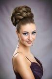 有明亮的构成和高头发的美丽的女孩 免版税图库摄影