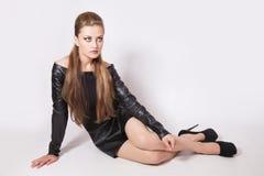 有明亮的构成的少妇在一双黑暗的礼服和黑鞋子 库存图片