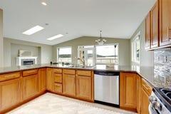 有明亮的棕色内阁的豪华厨房室 免版税库存照片
