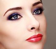 有明亮的眼睛构成的美丽的妇女 免版税库存照片