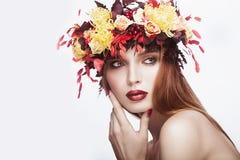 有明亮的秋天wreat的美丽的红发女孩 免版税库存图片