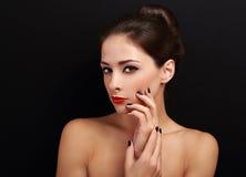 有明亮的红色嘴唇和健康被修剪的手的美丽的妇女 图库摄影
