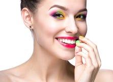 有明亮的色的构成的美丽的式样女孩和在夏天图象的指甲油 秀丽表面 短小色的钉子 库存照片