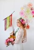 有明亮的花束的在她的头发的新娘和花 图库摄影