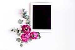 有明亮的花的春天在妇女书桌背景顶视图嘲笑  免版税库存图片