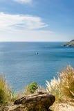 有明亮的蓝天的美丽的海 免版税图库摄影