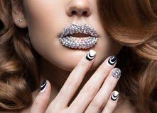 有明亮的钉子的,水晶的嘴唇美丽的女孩 库存图片