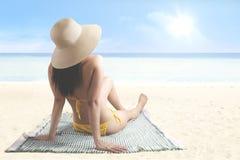 有明亮的阳光的亚裔妇女 免版税库存照片