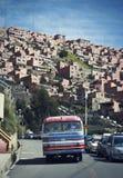 有明亮的颜色的老公共汽车在陡峭的风景 免版税库存照片