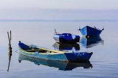 有明亮的颜色的老渔船在湖的黎明 库存图片
