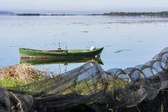 有明亮的颜色的老渔船在湖的黎明 免版税库存照片