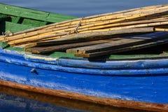 有明亮的颜色的老渔船在湖的黎明 图库摄影