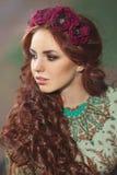有明亮的头发的美丽的少妇 免版税库存图片