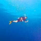 有明亮的黄色飞翅的潜水员 免版税库存照片