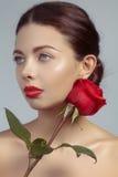 有明亮的lipgloss构成的特写镜头美丽的少妇 完善干净的皮肤,性感的红色嘴唇构成 美好的华伦泰脸w 图库摄影