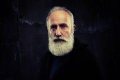 有明智地看聪明的胡子的年长人 图库摄影
