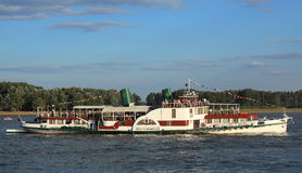 有明轮的河船 库存照片