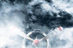 有星形发动机的葡萄酒飞机推进器在云彩阴云密布天气 库存图片