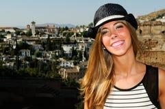 有星期日帽子的可爱的微笑的白肤金发的妇女 免版税图库摄影