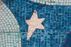 有星的图片的白色和蓝色锦砖在墙壁上的 免版税库存照片