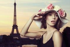 有春天帽子的女孩在巴黎 库存照片