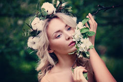 有春天开花的逗人喜爱的妇女 免版税库存图片