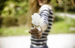 有春天的微笑的美丽的少妇在晴朗开花温暖 免版税库存照片