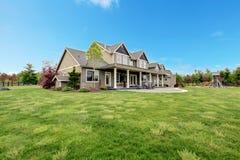 有春天绿色横向的大农厂乡间别墅。 免版税图库摄影