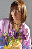 有春天花束的美丽的女孩开花 库存图片