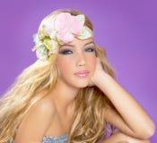 有春天花的白肤金发的公主方式女孩 免版税库存照片