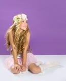 有春天花的白肤金发的公主方式女孩 库存照片