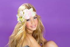 有春天花的白肤金发的公主方式女孩 免版税图库摄影