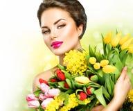 有春天花的秀丽式样妇女 库存照片