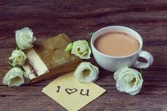有春天花lisianthus和笔记的咖啡杯我爱你  库存图片