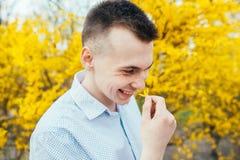 有春天黄色的愉快的微笑的浪漫年轻人在庭院开花 图库摄影