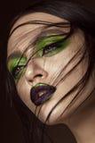 有春天绿色构成和吸血鬼嘴唇的美丽的女孩 秀丽表面 免版税库存图片
