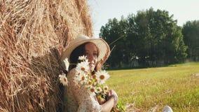 有春黄菊的美女在草甸 影视素材