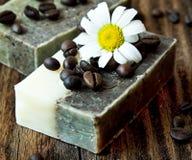 有春黄菊的咖啡肥皂 免版税库存照片