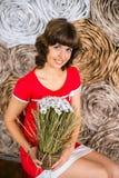 有春黄菊的女孩 图库摄影