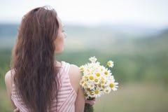 有春黄菊的女孩 免版税库存图片