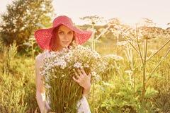 有春黄菊的妇女 库存照片