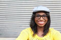 有显示与空间的玻璃和花梢帽子的健康熟悉内情的非洲妇女幸福拷贝的 免版税库存照片