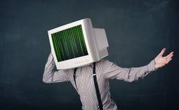 有显示器屏幕和计算机编码的网络人在偏移 免版税库存图片