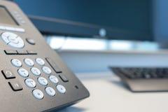 有显示器的键盘电话在一个现代办公室 库存照片