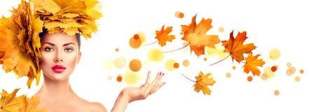 有显示在开放手棕榈的秋天明亮的叶子发型的式样女孩copyspace 免版税库存图片