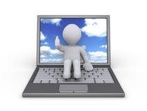 有显示天空的膝上型计算机的人 免版税图库摄影