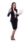 有显示好标志的膝上型计算机的年轻女商人隔绝在whi 免版税库存照片